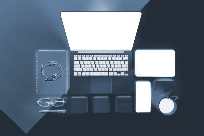 Foto lisa do raio X da configuração da tabela do escritório com laptop, caderno, a tabuleta digital e o telefone celular imagens de stock royalty free