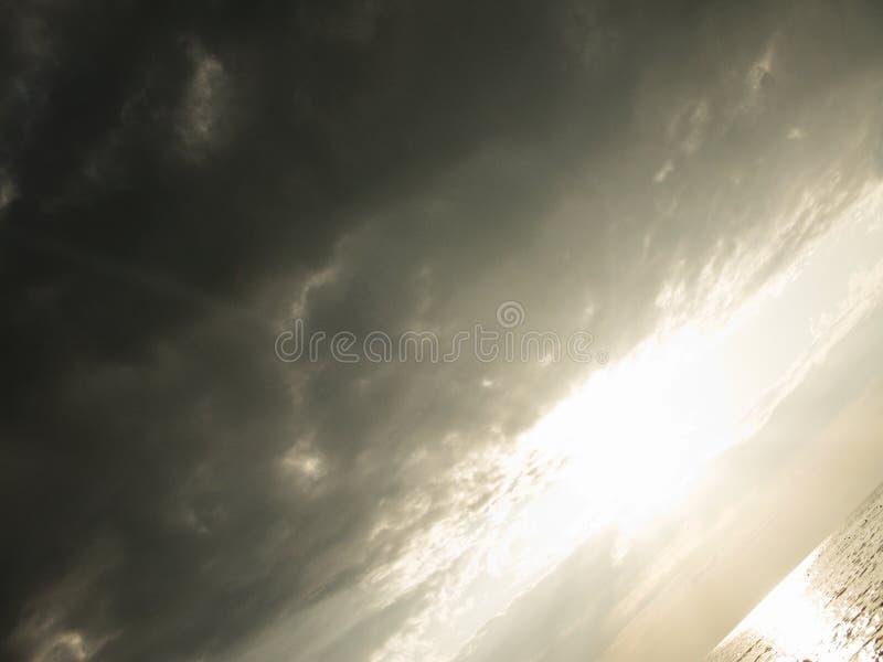 Foto lluviosa del cielo del ocaso de plata fantástico de la puesta del sol fotografía de archivo