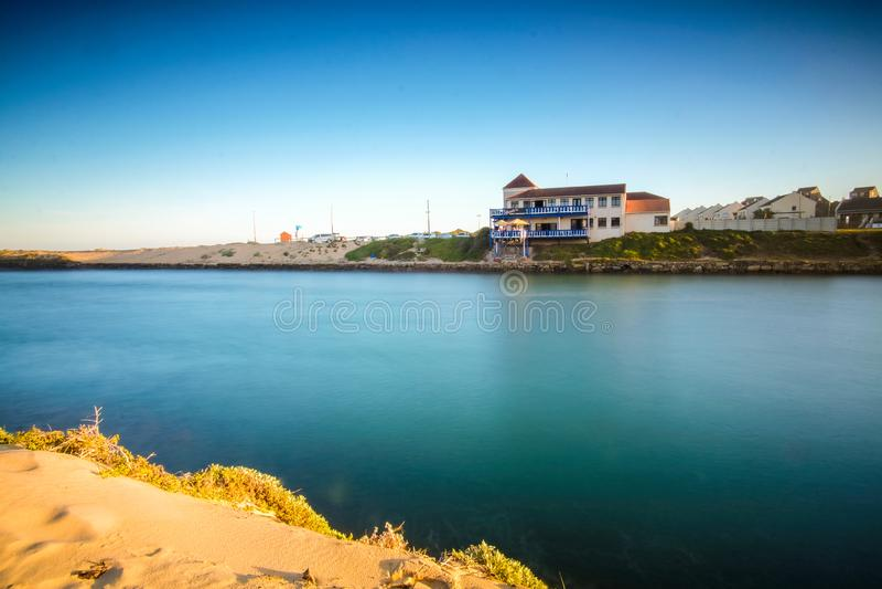 Foto longa da exposição do rio de Kowie no por do sol imagens de stock royalty free