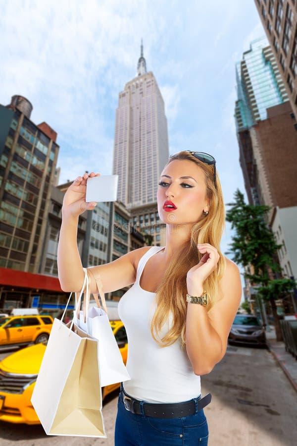 Foto loura do selfie da menina do turista avenida de New York na 5a fotografia de stock royalty free