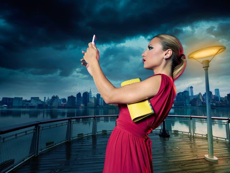 Foto loura do selfie da menina do turista em New York na noite fotografia de stock royalty free