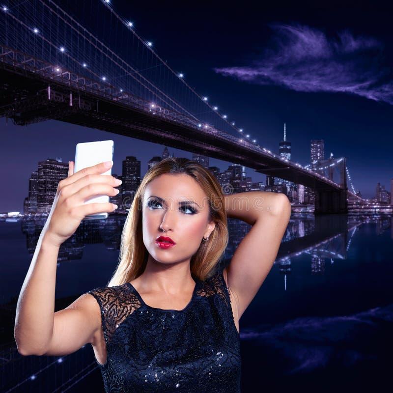 Foto loura do selfie da menina do turista em New York na noite fotos de stock