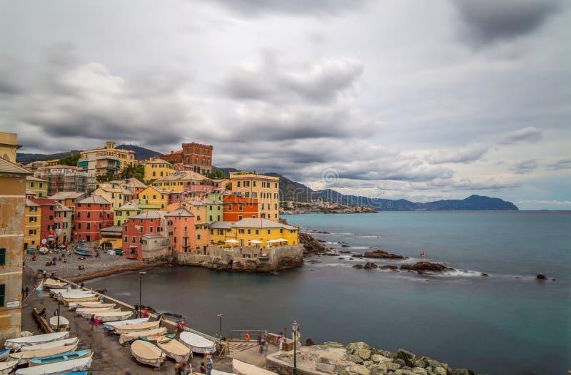 Foto lunga di esposizione di Genoa Boccadasse sotto un cielo nuvoloso, un paesino di pescatori e le case variopinte a Genova, Ita fotografia stock