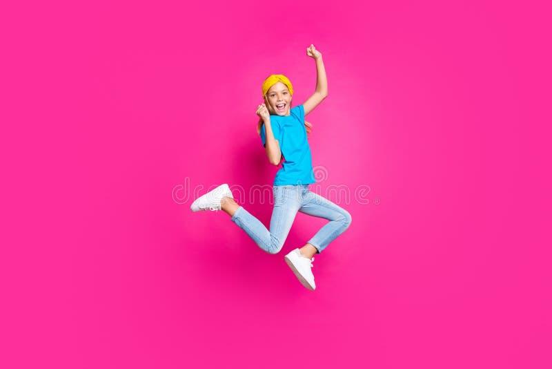 Foto in lunghezza di pazzi, divertenti ragazzi che alzano i pugni urlano sì eccitato vedi sconti incredibili per le vacanze di pr fotografia stock