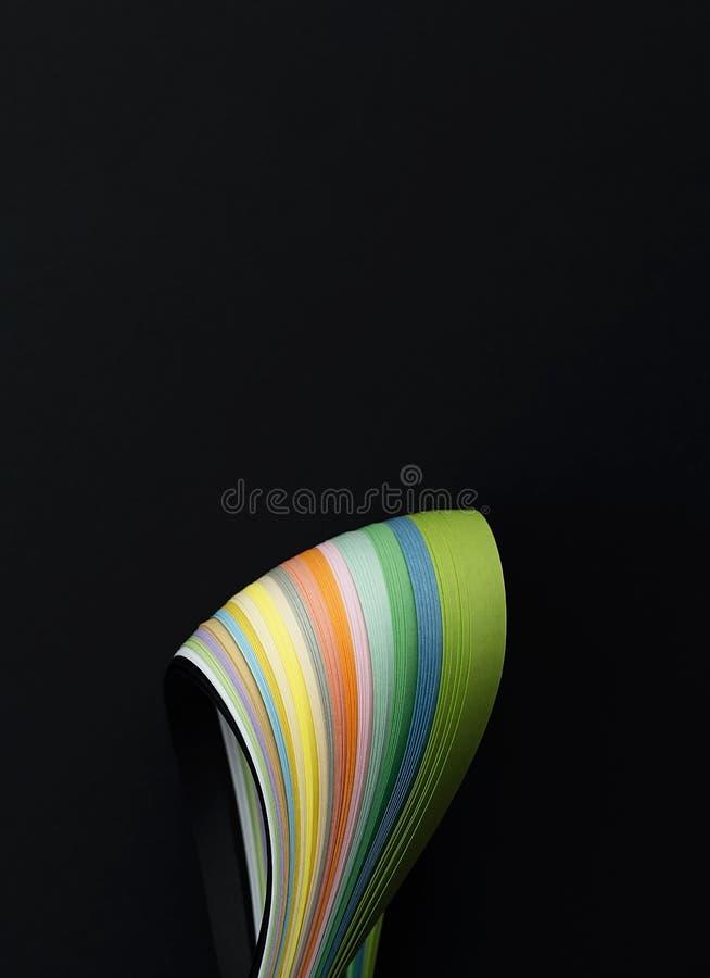 Foto macra de las líneas onduladas brillantes del extracto en fondo negro Rect?ngulos azules 2 imagen de archivo