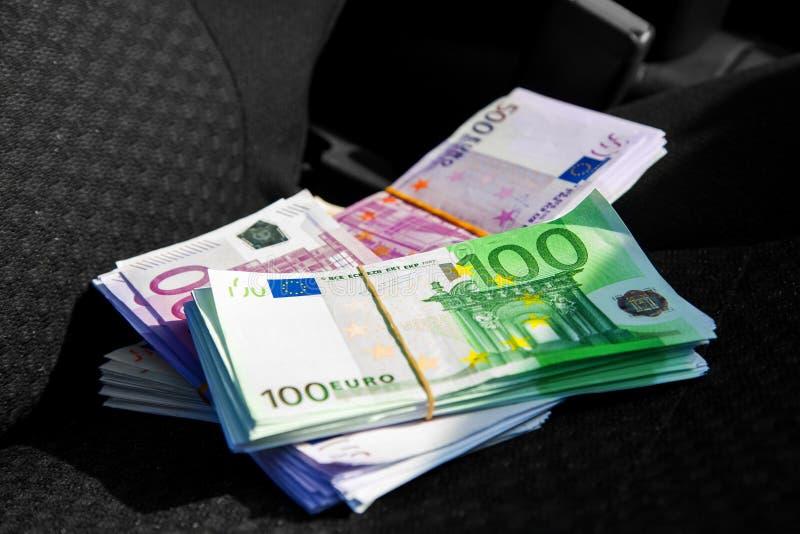 Foto macra de un paquete del dinero EUR en un asiento de carro imagen de archivo