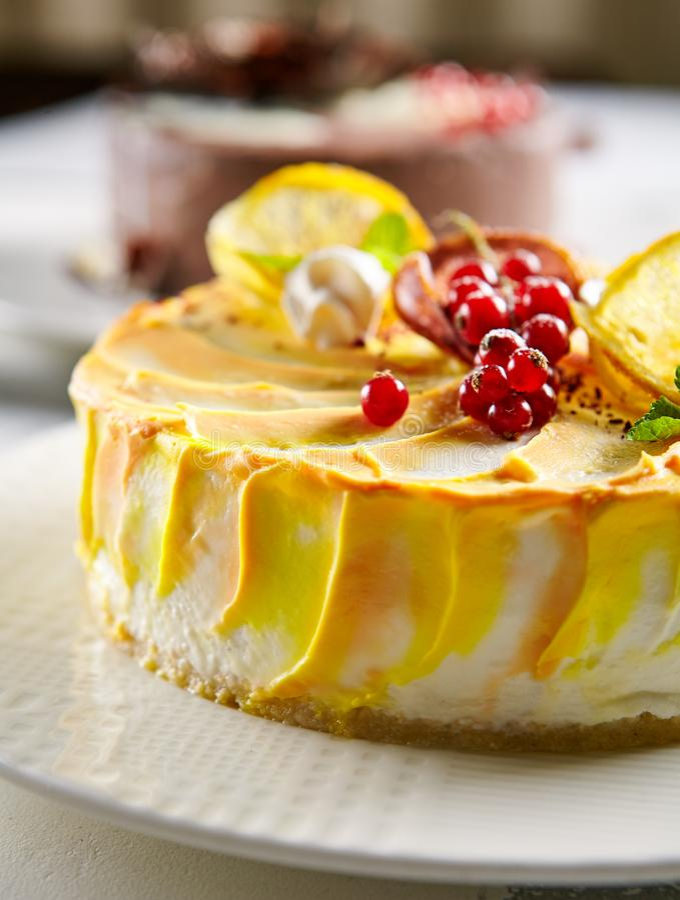 Foto macra del pastel de queso redondo del limón fotografía de archivo libre de regalías