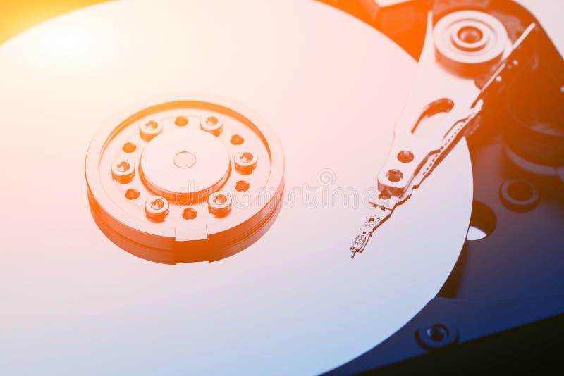 Foto macra del primer de la cabeza en la unidad de disco duro abierta Concepto de informaci?n de la reparaci?n o de la recuperaci foto de archivo
