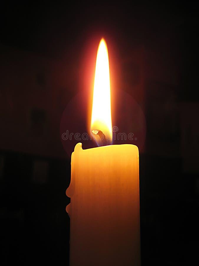Foto macro com fundo decorativo de uma vela ardente na atmosfera escura do café para a decoração e o projeto fotografia de stock royalty free