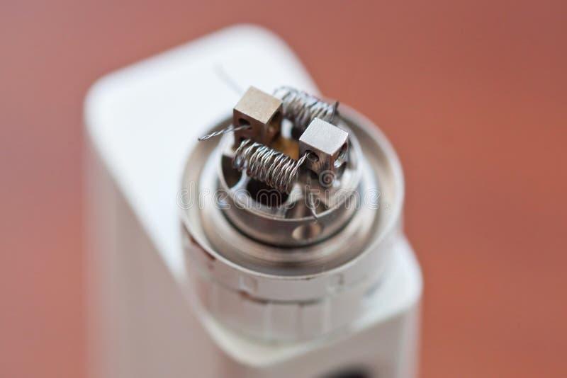 A foto macro da bobina torcida nova montou no cigarro eletrônico imagem de stock royalty free