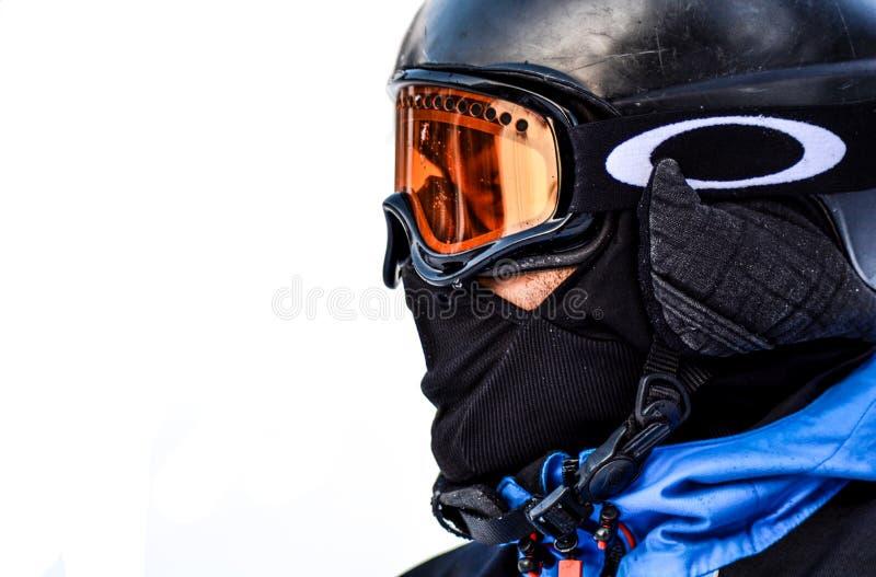 Foto macro da pessoa em óculos de proteção pretos e na máscara protetora preta fotos de stock royalty free