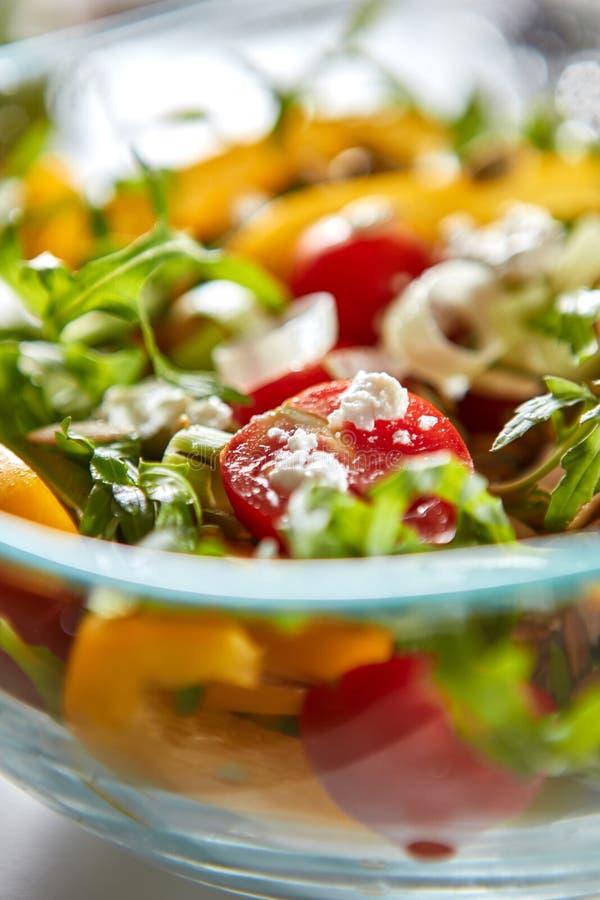 Foto macro da salada vegetal recentemente preparada do queijo em uma bacia transparente Alimento saudável da vitamina imagens de stock