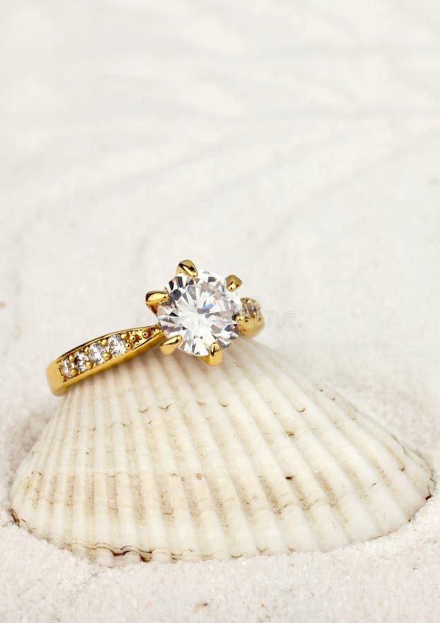 Foto macro do anel da joia com o diamante grande no backg branco da areia foto de stock royalty free