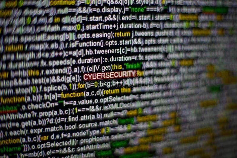 Foto macro do tela de computador com código fonte do programa e da inscrição destacada de CYBERSECURITY no meio certificado foto de stock