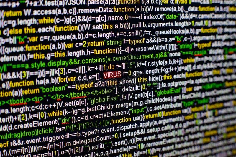 Foto macro do tela de computador com código fonte do programa e da inscrição destacada do VÍRUS no meio Roteiro no imagens de stock