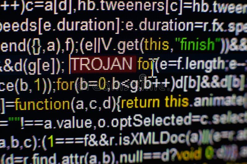Foto macro do tela de computador com código fonte do programa e da inscrição TROJAN destacada no meio Roteiro no foto de stock royalty free