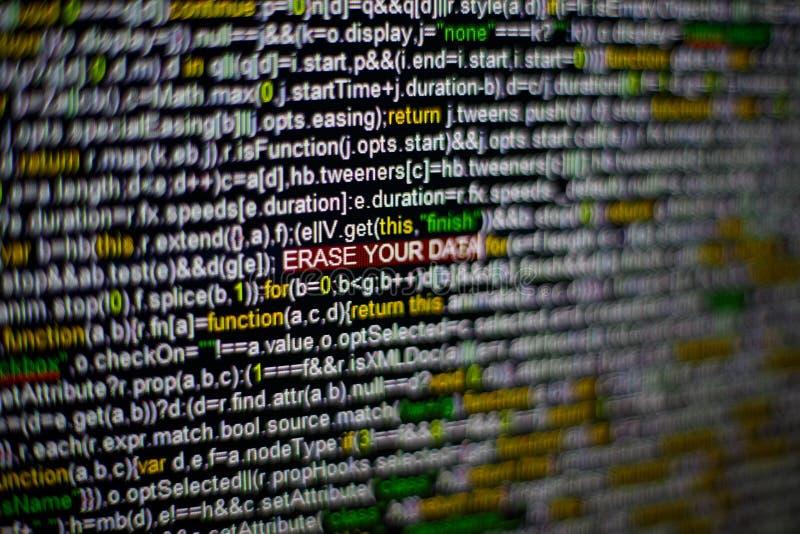 Foto macro do tela de computador com código fonte do programa e ERASE destacado SUA inscrição dos DADOS no meio fotografia de stock
