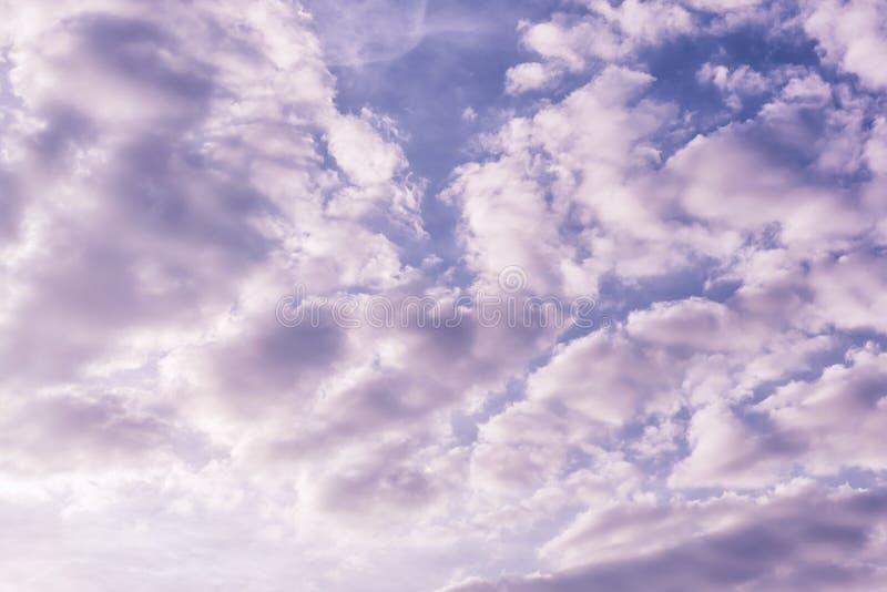 Foto matizada do céu do amanhecer com luz, nuvens incomuns Fen?meno natural bonito Fundo para disposi??es fotografia de stock