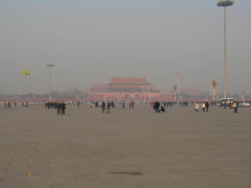 Foto med bakgrunden av de historiska arkitektoniska strukturerna i den enorma centrala fyrkanten framme av slotten av Forben royaltyfri bild