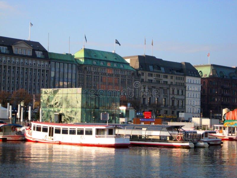 Foto med bakgrunden av det europeiska stads- landskapet av hamnstaden av hamburg i Tyskland i den framtida flodinvallningen royaltyfria bilder