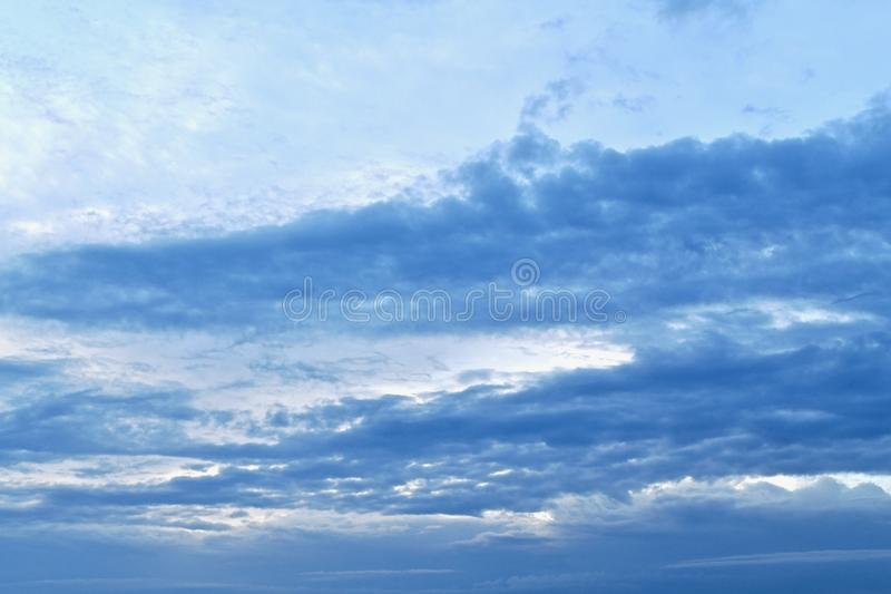 Foto med en blå lutning, från ljus till mörker royaltyfria foton