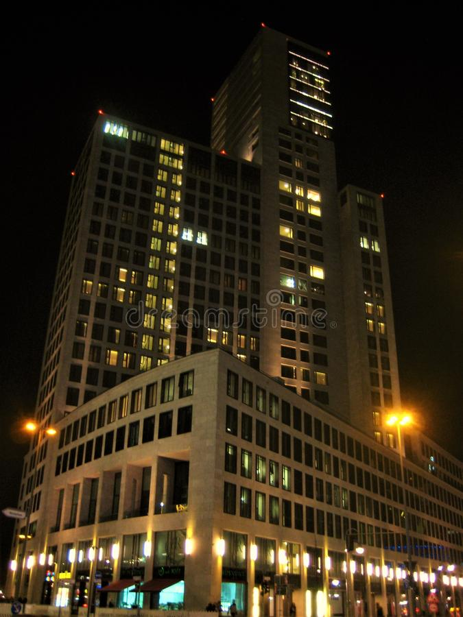 Foto med nattbakgrund av moderna arkitektoniska höghus av kontors- och hotellkomplexet fotografering för bildbyråer