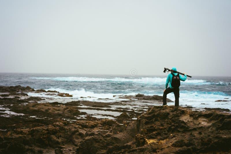 Foto met driepoot die naar goede beweging veroorzakend zoeken Golven die vulkanische rotsachtige kustlijn raken Santo Antao-eilan royalty-vrije stock afbeelding