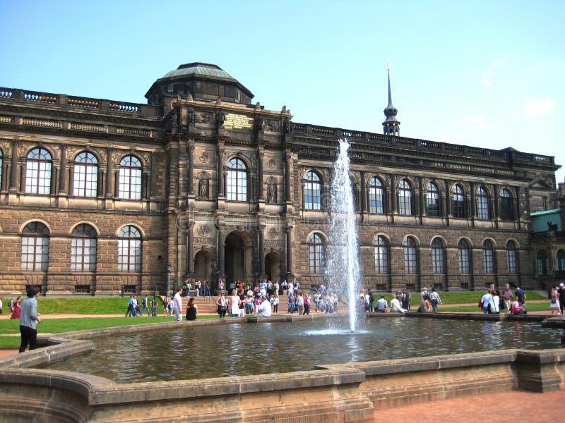 Foto met een achtergrond van architecturale Oude de Meestersgalerij van structurenmusea in Dresden royalty-vrije stock foto