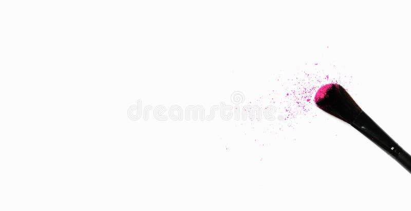 Foto minimalista da forma e da beleza Conceito do minimalismo Escova da composição no fundo branco com pó colorido do pigmento imagem de stock