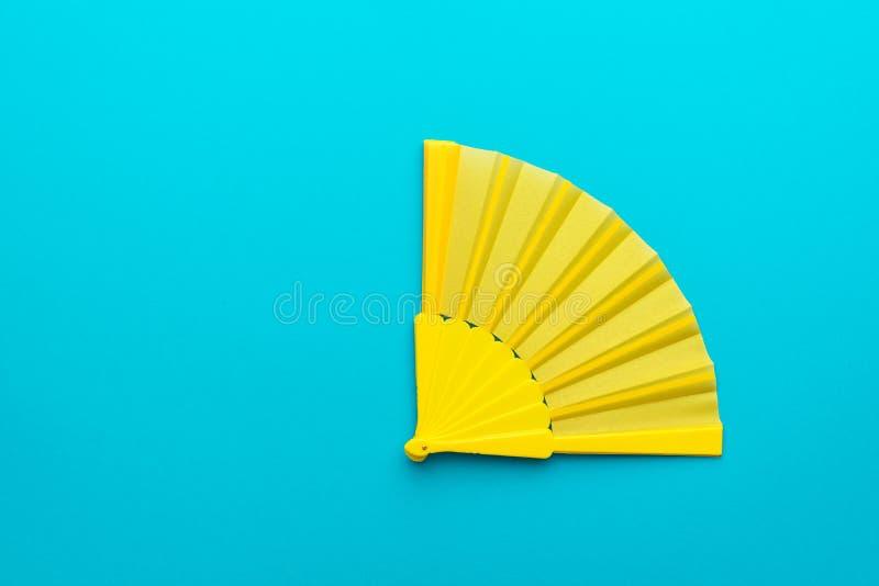 Foto minimalista del ventaglio giallo sul fondo del blu di turchese con lo spazio della copia immagine stock libera da diritti