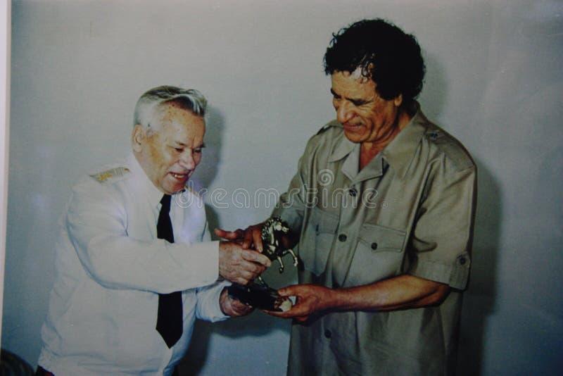 Foto mit Kalaschnikow und Kaddafi - musiam von wheapon, Izhevsk, Russland 2012 lizenzfreies stockfoto