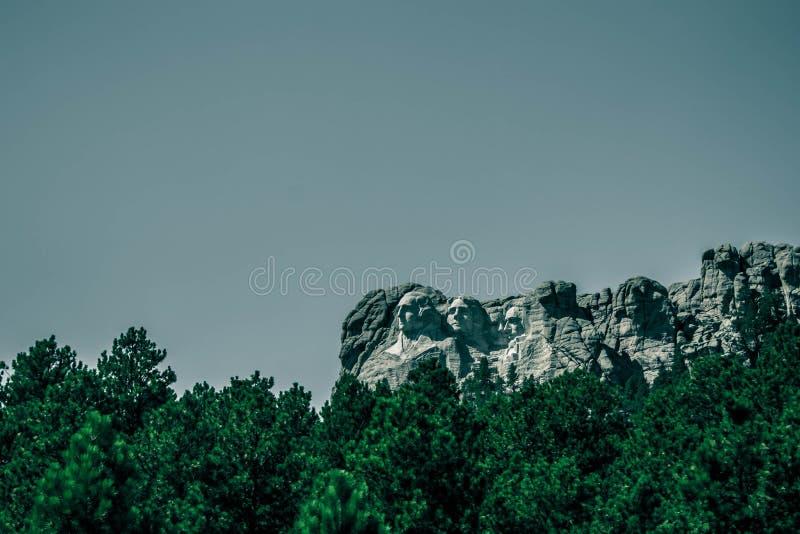 foto monótona del monte Rushmore, visión desde el camino imágenes de archivo libres de regalías