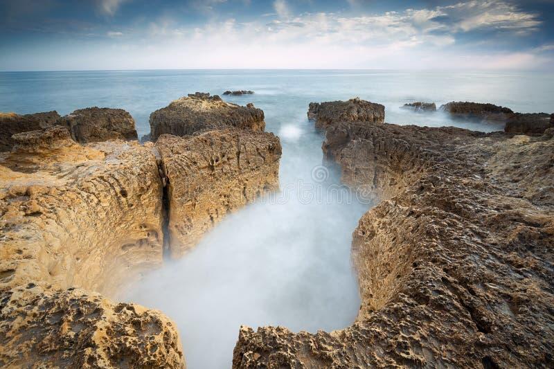 A foto no Praia da praia faz Evaristo perto de Albufeira com os penhascos bonitos no Algarve fotos de stock