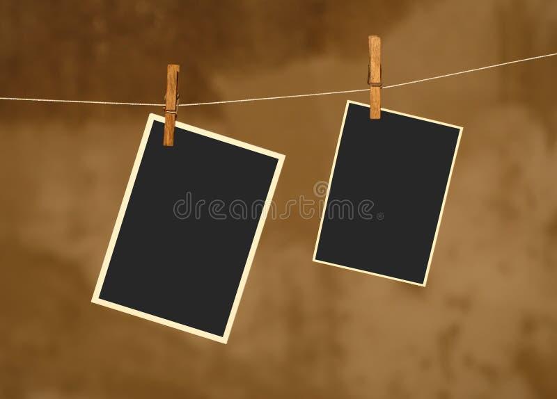 Foto op metaalkabel met houten Wasknijpers stock foto's