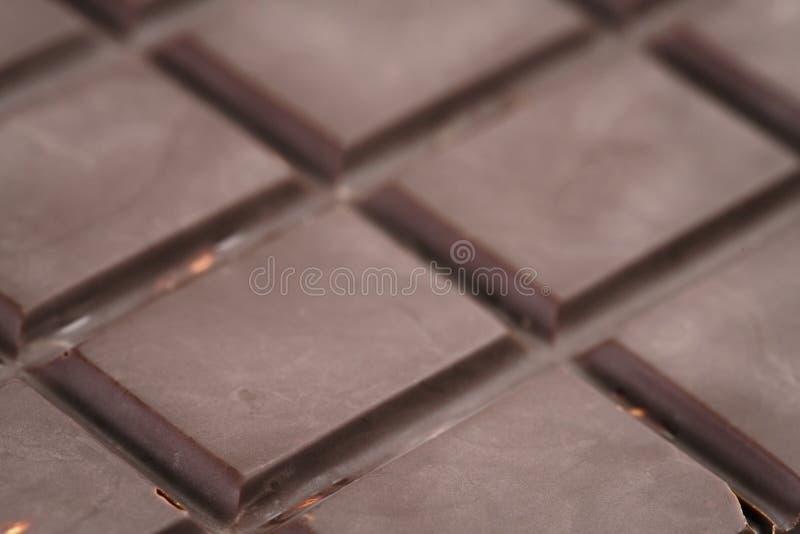 Foto oscura del primer de la barra de chocolate foto de archivo