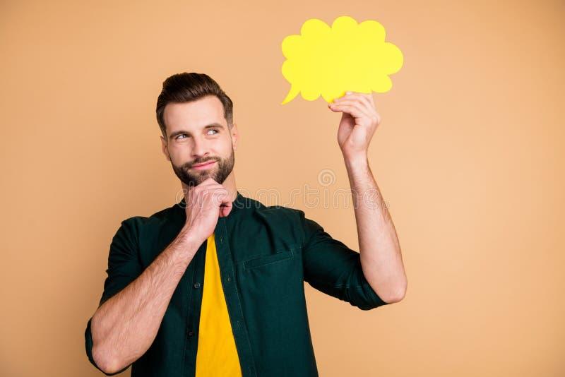 Foto på en snygg kille som håller handpappersmoln och funderar över dialog - svara på kreativ personlighet på ett knepigt ställe fotografering för bildbyråer