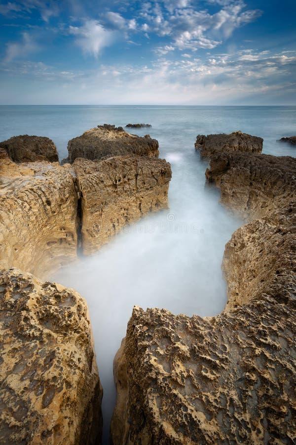 Foto på stranden Praia do Evaristo nära Albufeira med vackra klippor i Algarve arkivbilder