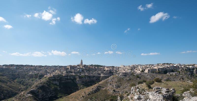 Foto panorámica de las casas incorporadas a la roca en la ciudad de la cueva de Matera, Basilicata Italia Roca del barranco en pr fotos de archivo libres de regalías