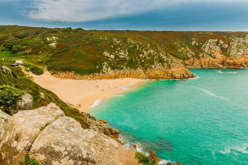 Foto panorâmico da praia idílico de Porthcurno imagem de stock