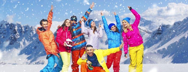 Foto panorâmico de snowboarders alegres imagens de stock royalty free