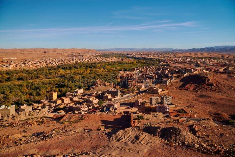 Foto panorâmico de um vale marroquino verde do deserto perto de Desfiladeiro du Todra foto de stock