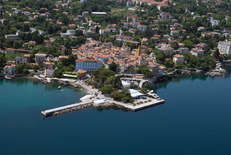 Foto panorâmico do ar do litoral de Lovran na Croácia imagem de stock