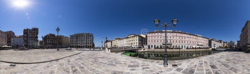 Foto panoramica con Grand Canal di Trieste e della piazza del Ponte Rosso, Trieste, Italia fotografie stock