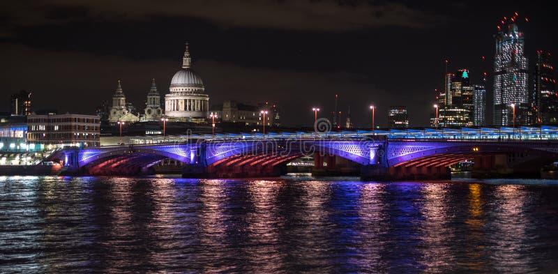 Foto panoramica dell'orizzonte di Londra alla notte, mostrante il Tamigi, il ponte di Blackfriars e la cattedrale di St Paul fotografia stock