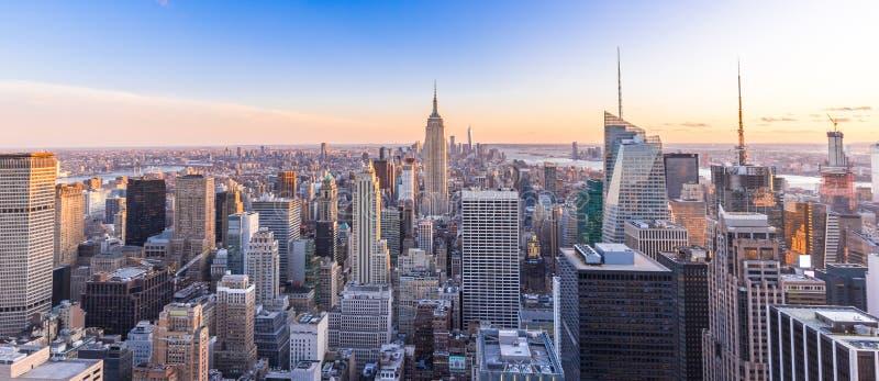 Foto panoramica dell'orizzonte di New York nella città di Manhattan con l'Empire State Building ed i grattacieli al tramonto U.S. immagini stock