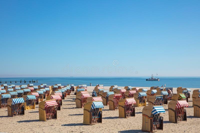 foto panoramica delle sedie di spiaggia variopinte sulla spiaggia in bello tempo fotografie stock libere da diritti