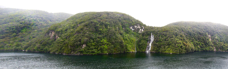 Foto panoramica di bello paesaggio nel parco nazionale di Fiordland, isola del sud, Nuova Zelanda Misty Cloudy Morning fotografie stock libere da diritti