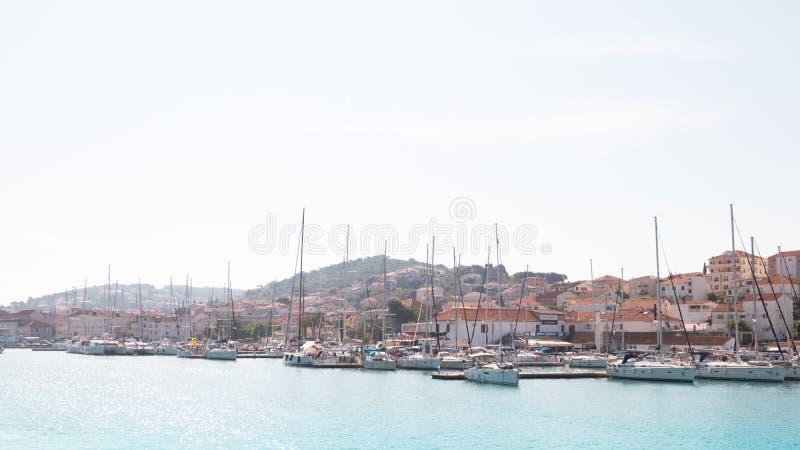 Foto panoramica di vecchia città Traù e dell'isola di Ciovo con il porto Vacanza di estate immagine stock libera da diritti