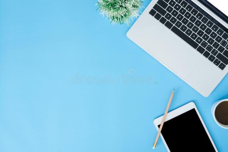 Foto piana del modello di vista superiore di disposizione dello spazio di funzionamento con il computer portatile, il dispositivo fotografie stock libere da diritti