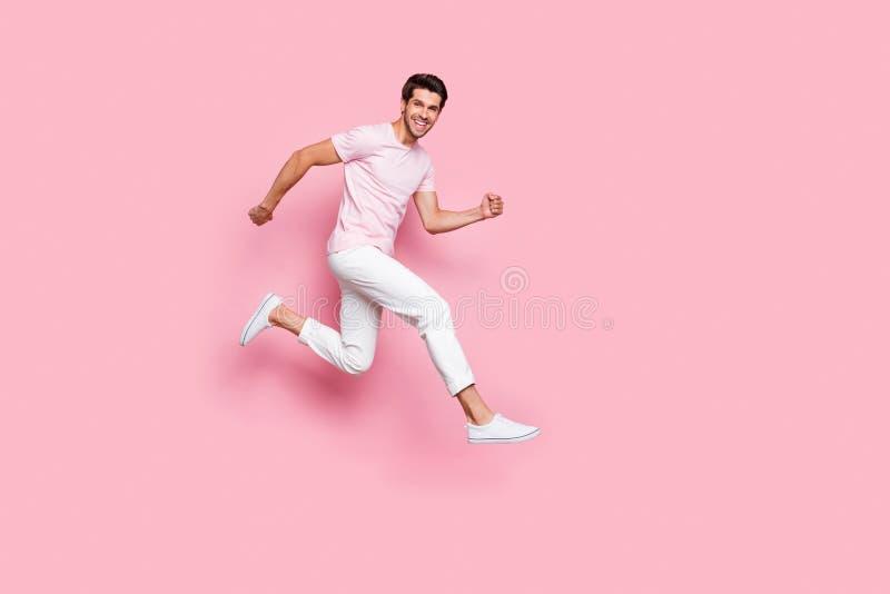 Foto piena del corpo della persona pazza con funzionamento sorridente d'orientamento a trentadue denti isolata sopra fondo rosa immagine stock libera da diritti